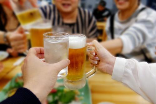 ミネラルが不足する原因-アルコールを摂取しすぎると栄養素が不足に-アルコールで乾杯している画像